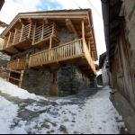 Esterno in inverno del Bed and Breakfast di Estoul a Brusson