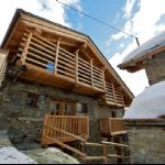 Un balcone del Bed and Breakfast di Estoul a Brusson